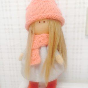 Кукла в розом шарфе и шапке -вязаные