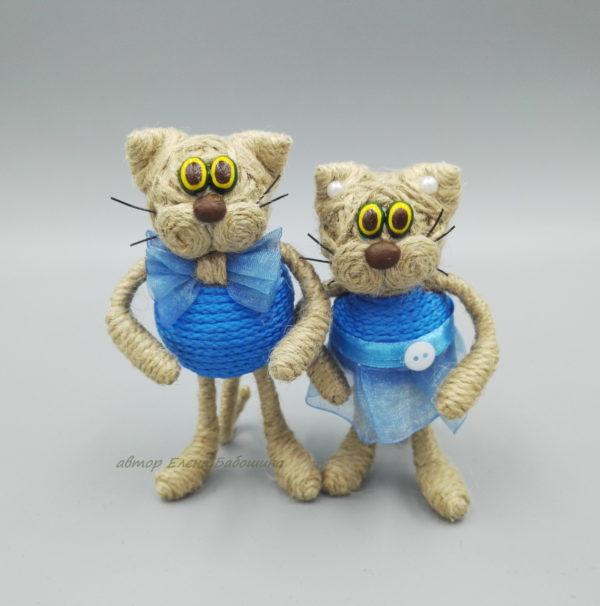 кот средний в голубой одежде