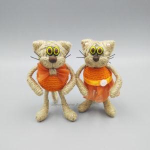 кот малый в оранжевой одежде