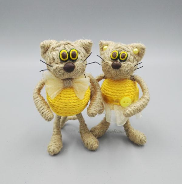 кот средний в жёлтой одежде