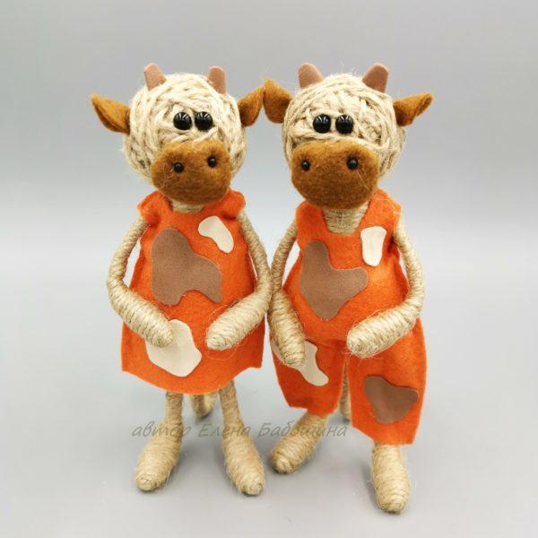 Корова в оранжевом наряде 17 см